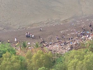 Estudiantes de la Academia Interamericana de Panamá limpian la costa frente a CDE en el Día de la Tierra | Foto: Mariana Noszticzius