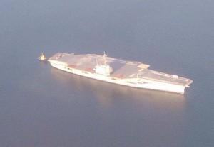 El portaviones norteamericano puede observarse en la bahía de Panamá.