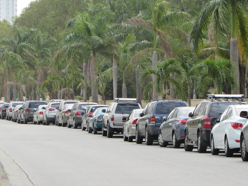 En días de semana la av. Paseo del Mar, las calles aledañas al Bussines Park, Ocean Mall y DownTown CDE se inundan de vehículos que se estacionan burlando la prohibición de parar allí. | Foto: Aydana Ruiz