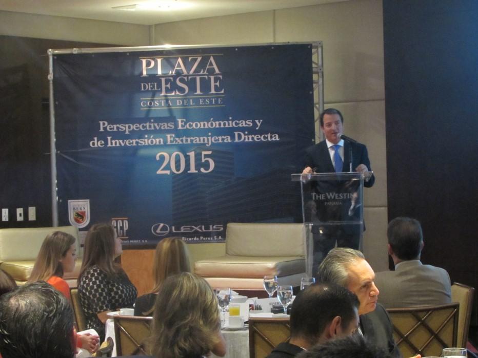 Néstor González, vice ministro de Comercio Exterior durante el foro Perspectivas ecónomicas y de inversión extranjera directa 2015.