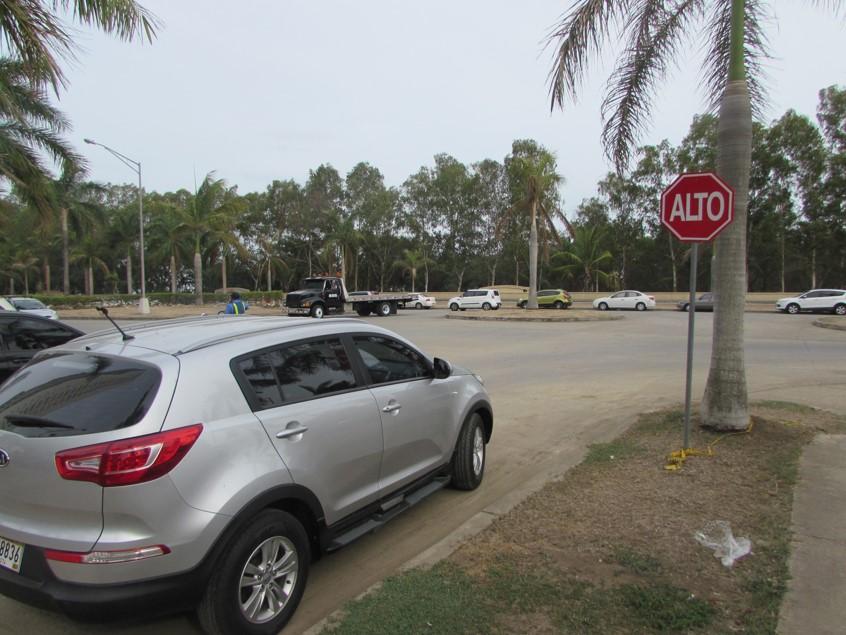 Este auto infringe varias reglas: está estacionado en una esquina, frente a una señalización y de forma paralela a otro vehículo en la misma calle | Foto: Aydana Ruiz