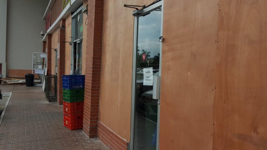 Laminas de madera resguardan los vidrios de los locales comerciales pero los dueños aún no desalojan | Foto: Aydana Ruiz