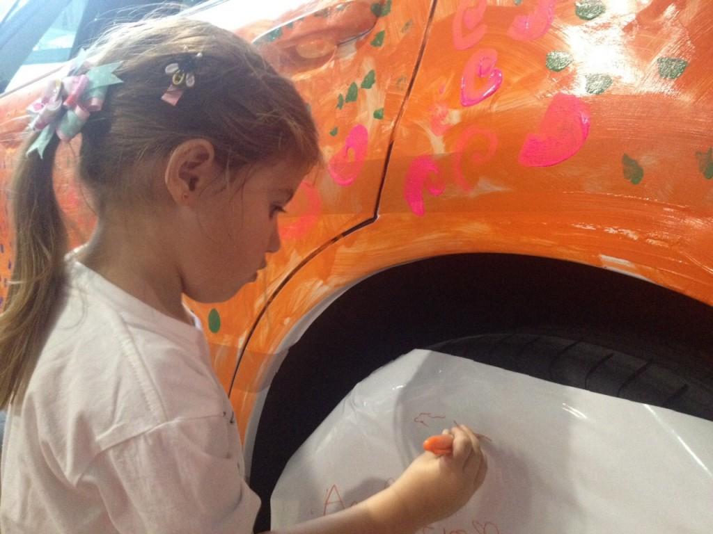 Cada pequeño hizo uso de su ingenio para plasmar su arte en el lujoso auto | Foto: Ana Karina Villalba