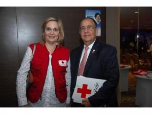 Sayda Fernández y David M. Hanono de la Cruz Roja Panameña. Cortesía: La Estrella de Panamá