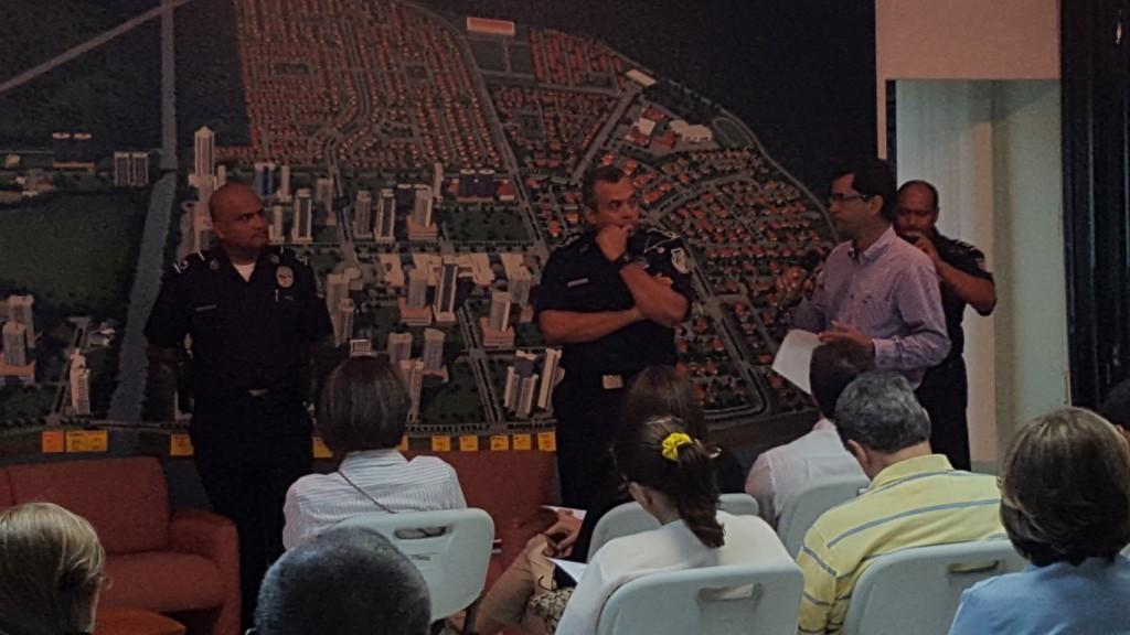 Alfonso Bodden, administrador de Costa del Este, recibió a altos jefes policiales, quienes se reunieron con los vecinos para plantear soluciones a las inquietudes sobre inseguridad   Foto: Aydana Ruiz