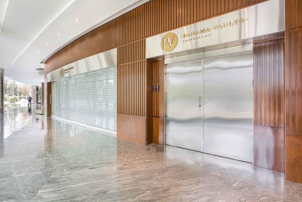 Los espacios de Panamá Vault cuentan con sensores antisísmicos en paredes, techo y piso, dotados además de sensores volumétricos dentro y fuera de la bóveda y un inequívoco esquema de seguridad física y tecnológica