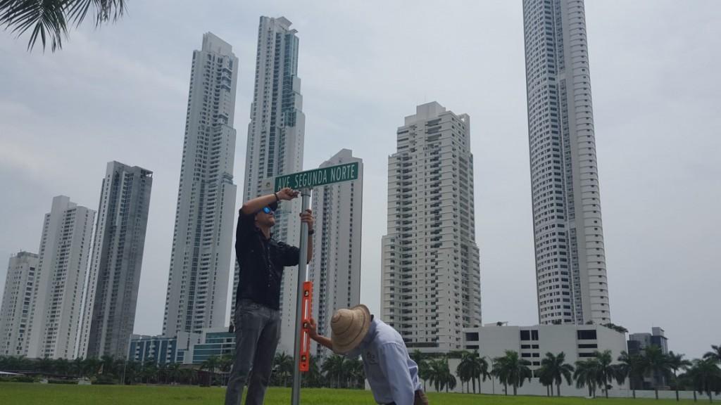 Las señales están desde el puente elevado del Corredor Sur, sobre la avenida Cincuentenario, y por todas las calles internas y principales hasta llegar a la rotonda de la avenida Marina Norte, que conecta con la urbanización de Casa Blanca y Chanis.