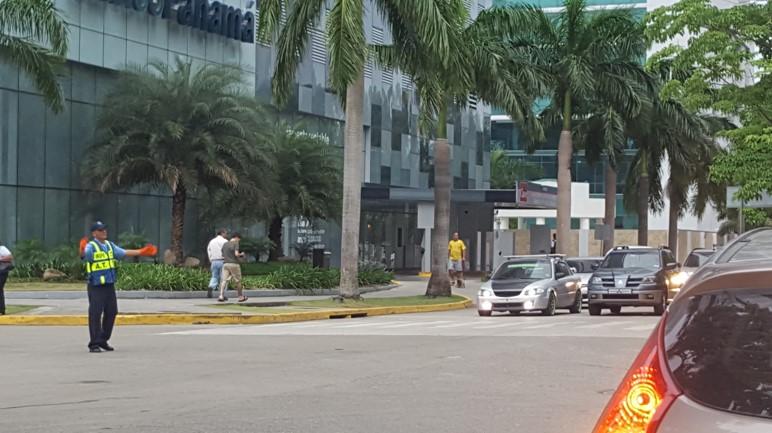 La presencia de policías de tránsito disminuye el caos vehicular.