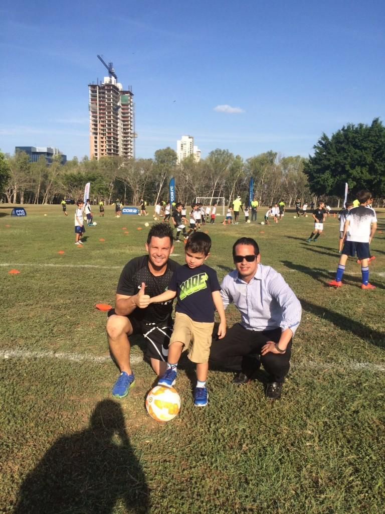 Felipe Borowsky del Costa del Este FC, el pequeño Elio Pérez Cannavo y Cristhian Florez, director ejecutivo de Alpha Grupo Editorial.
