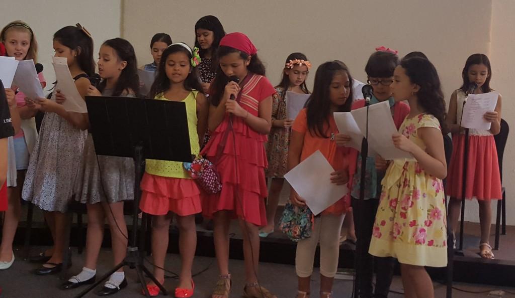 La eucaristía es acompañada con los cantos del Corito Santa Teresita, también conformado por infantes | Foto: CDE News