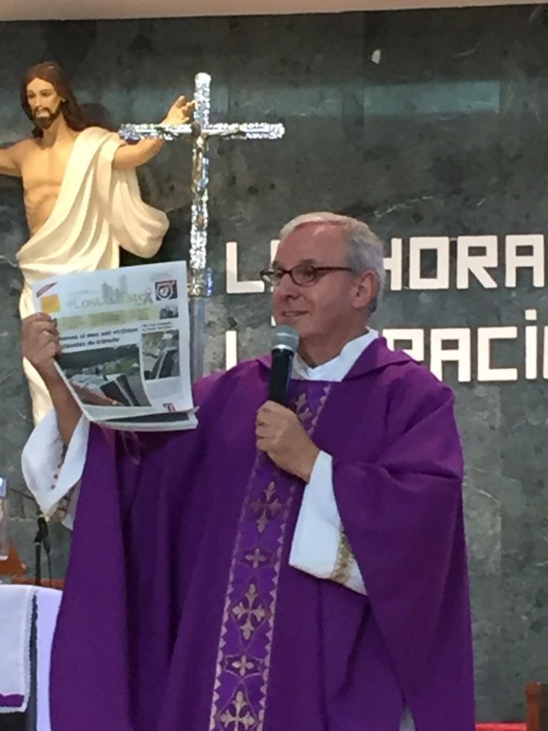 Padre Migue Angel bendijo a Costa del Este News en su segundo aniversario