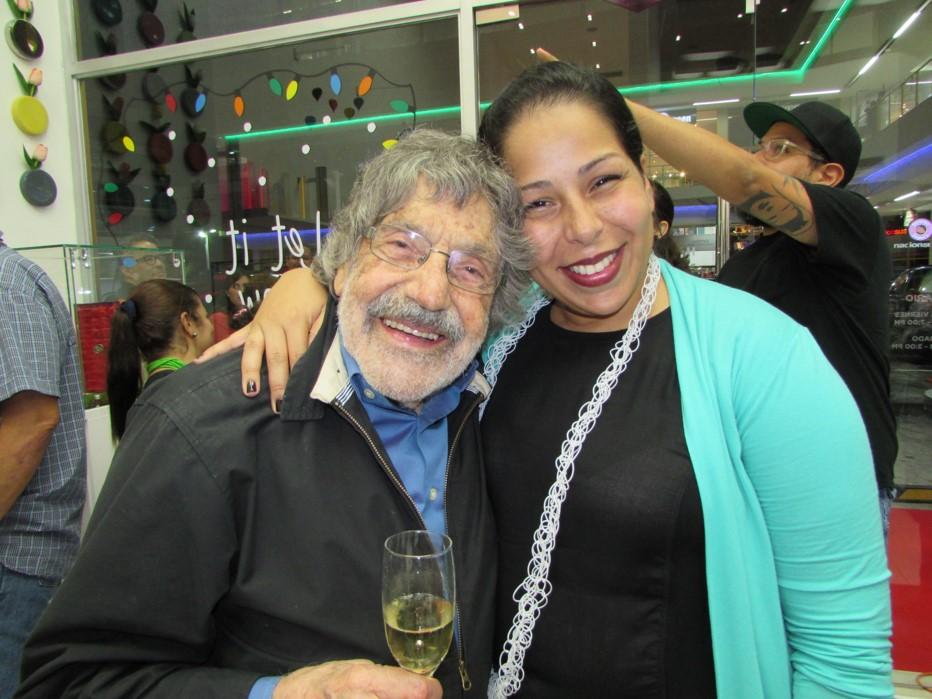 Marion Cruz junto a su abuelo. el maestro Carlos Cruz Diez.