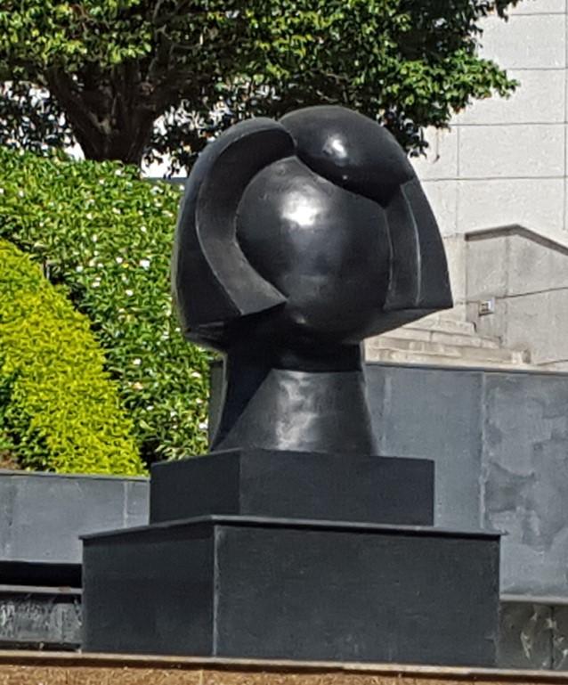 Un rostro de mujer invita a reflexionar sobre los sentimientos en el Business Park. La monumental escultura es obra de Anabella Alemán de Vallarino | Foto: Aydana Ruiz