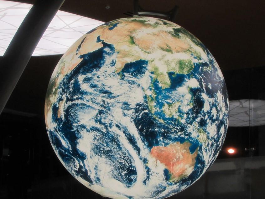 Una inmensa esfera que no para de girar es la representación del mundo globalizado, ubicada en el lobby de Costa del Este Financial Park.