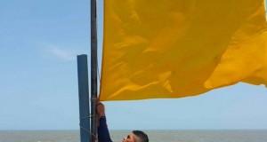 Los banderines rojos significan que está prohibido el ingreso a las playas, mientras que la amarilla es un alerta | Foto: Sinaproc