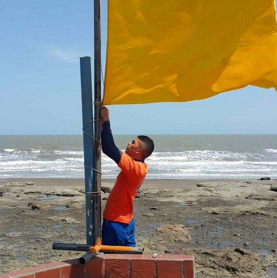 Los banderines rojos significan que está prohibido el ingreso a las playas, mientras que la amarilla es un alerta   Foto: Sinaproc