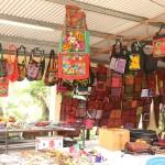 Los colores en el mercado local celebran las hermosas creaciones indígenas.