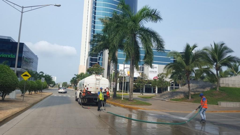 Las limpiezas se hacen en la madrugada y muy temprano los fines de semana, que son los momentos en que no hay vehículos que obstaculicen los trabajos.