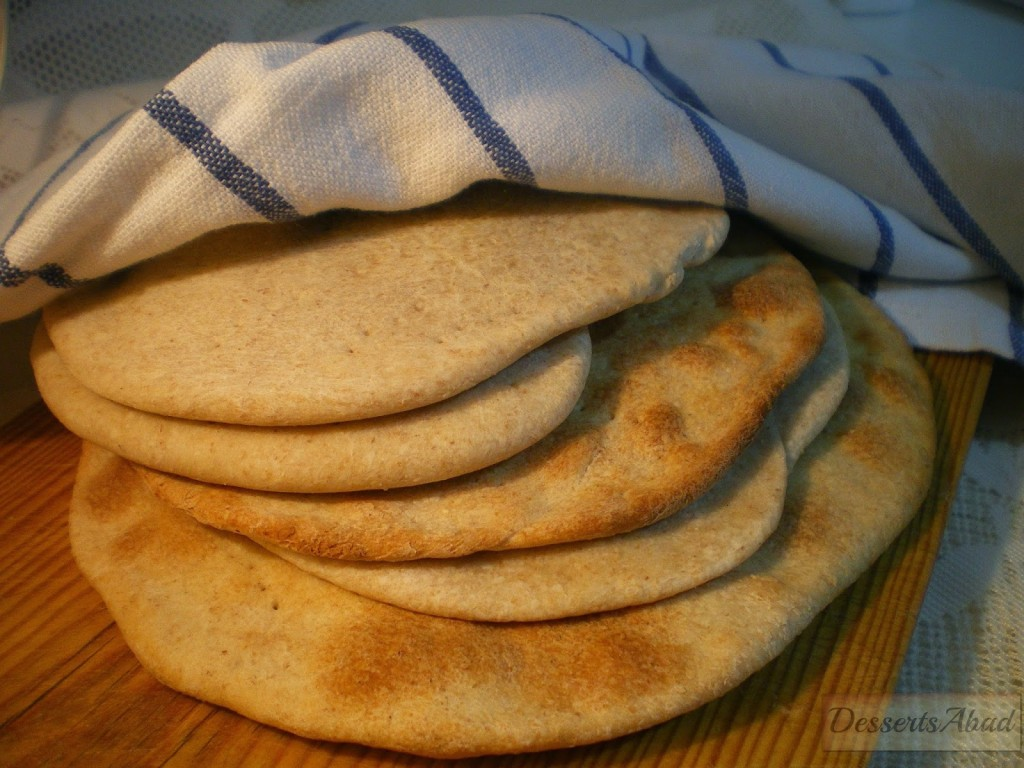 La matzá o matzos, es un pan ácimo (plano) elaborado con harina y agua.