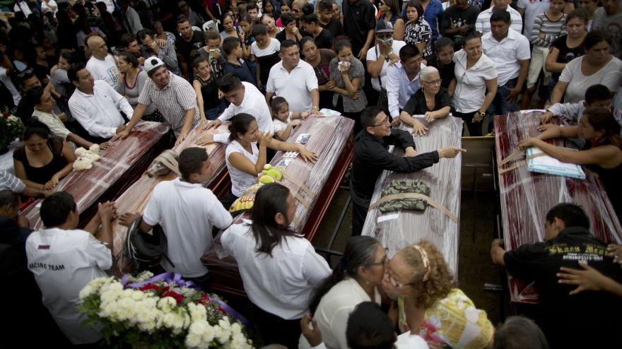 La cifra de fallecidos es tan elevada, que hay poblaciones en las que ya no hay espacio en los cementerios para enterrar los cuerpos (AP Photo/Rodrigo Abd)