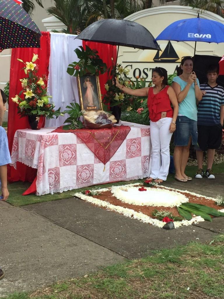 Bajo la lluvia los residentes de Costa Azul instalaron su altar | Foto Evelyn Sayegh