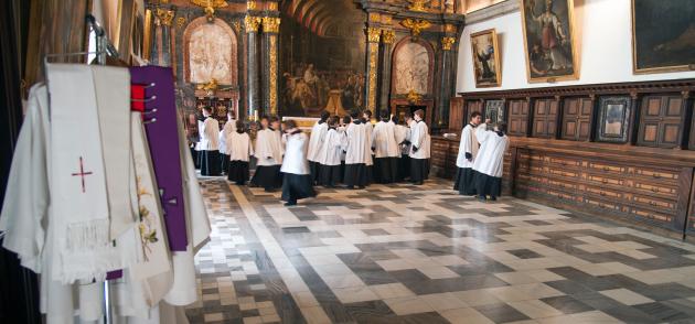 Los niños cantores, que alcanzan hasta los 18 años, participan en los oficios religiosos más importantes que se celebran en la Basílica del Escorial y los relacionados con la Casa Real Española.