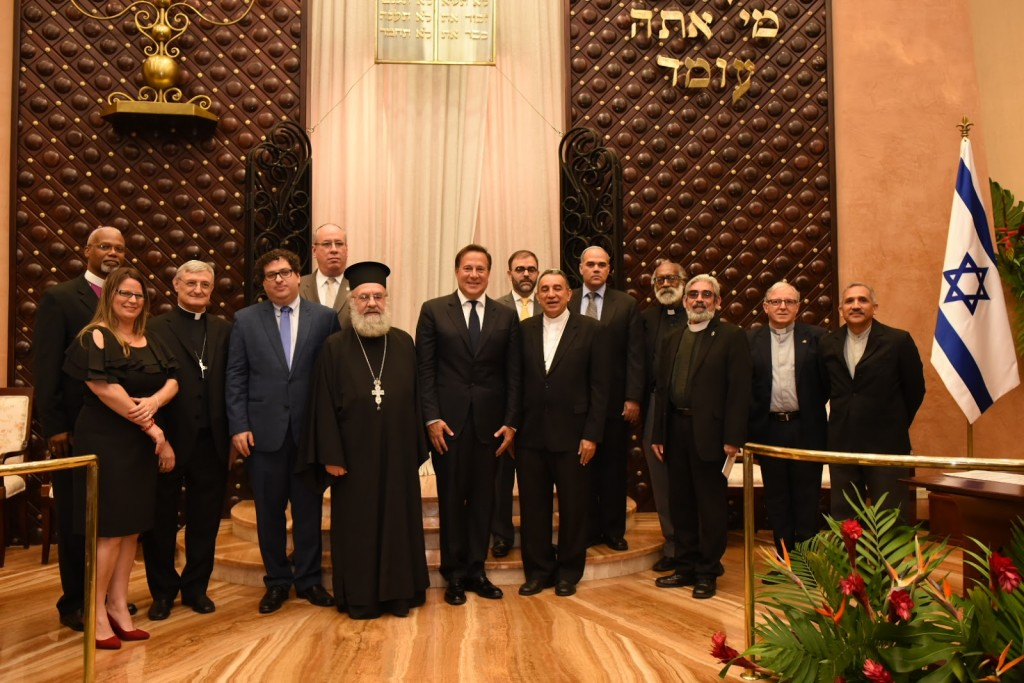 El Presidente de la República se dirigió a los presentes: comunidad judía, altos representantes religiosos, gubernamentales y diplomáticos, y reconoció el significativo aporte de la comunidad hebrea a Panamá.