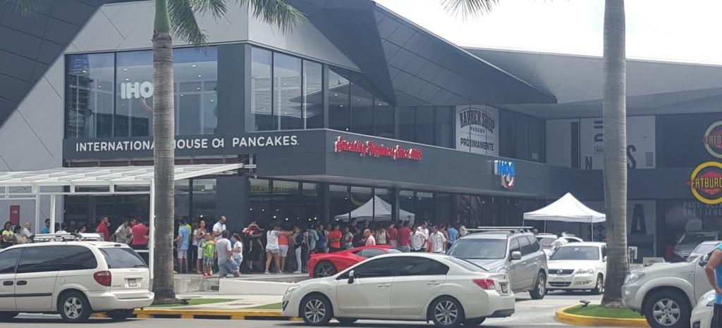 Desde el primer día de la apertura del primer restaurante de los 6 que serán inaugurados en Panamá en un período de 5 años, la fila de comensales ansiosos por saborear las mundialmente famosas pancakes, podía verse desde la calle   Foto: AR