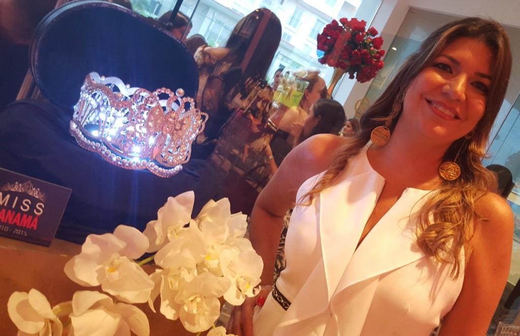 Fabiola Bracho junto a la corona del Miss Panamá, intervenida por ella misma y su fima de joyería Buru | Foto: AR