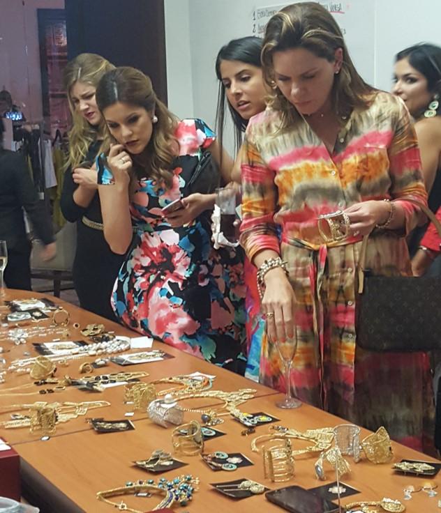 Las invitadas pudieron adquirir elegantes piezas después del desfile | Foto: AR
