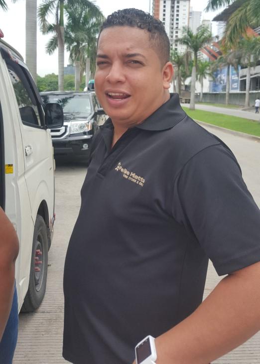 """Moisés Rivera, trabajador: """"Trabajo en Felipe Motta y debo comer en la calle todos los días. Me sale más económico acá que ir a un restaurante""""."""