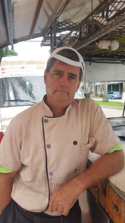 """Juan Almela, chef La Taquiza: """"Llevo 6 años en CDE. Acá me siento seguro, en las noches los vecinos vienen caminando a comer porque es más fresco, la policía hace sus rondas, y es un lugar tranquilo""""   Foto: AR"""
