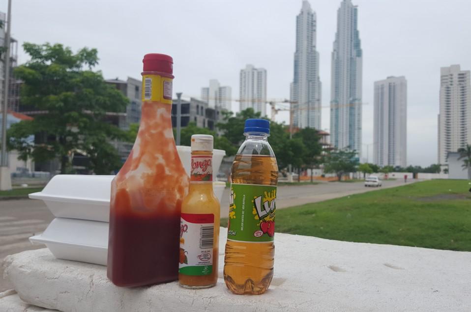 En un restaurante se gasta al menos 12 dólares por persona (60 Bs/semana), por lo que resultan atractivos para quienes diariamente trabajan en la calle, comprar sus almuerzos en los puestos ambulantes de comida | Foto: AR
