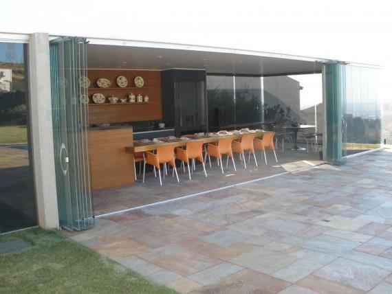 El sistema Barradoor se usa para el acristalamiento de ambientes con tecnología desarrollada exclusivamente para suplir aperturas más grandes, tales como puertas, divisiones, uso en tiendas, centros comerciales y restaurantes.