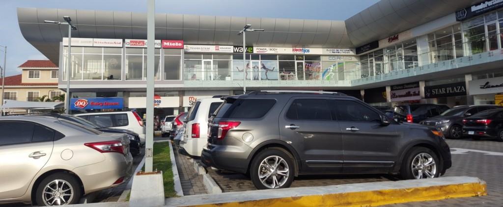 La ubicación de Star Plaza permite que muchos estacionen fuera y caminen hacia los locales, en caso de no encontrar lugar adentro | Foto: AR