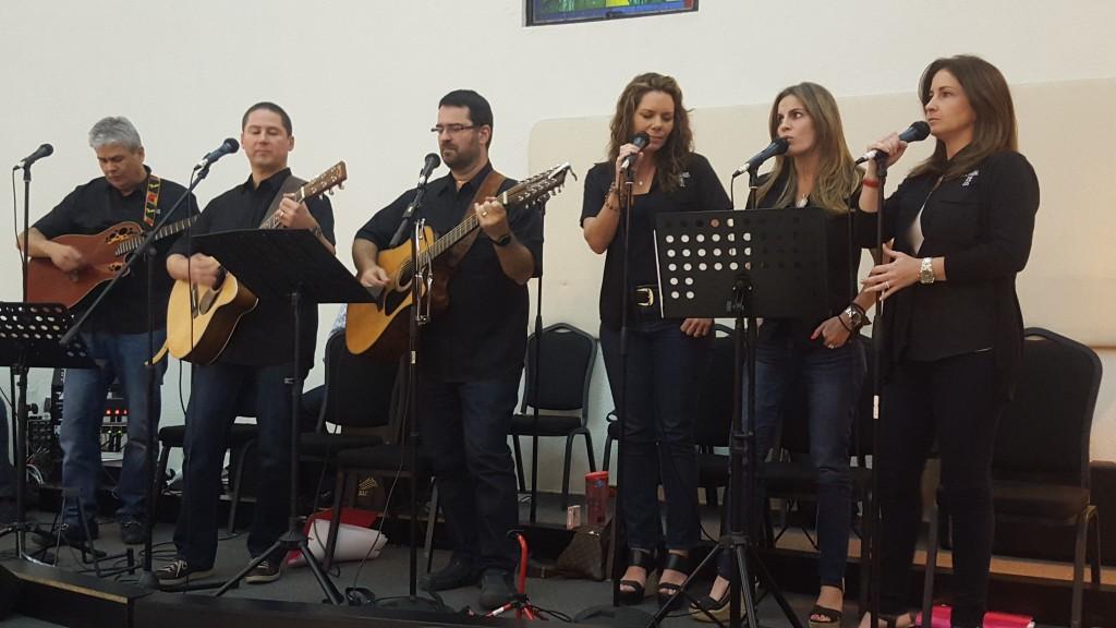 La presentación del libro estuvo acompañada de las voces del coro parroquial Dominus Deus
