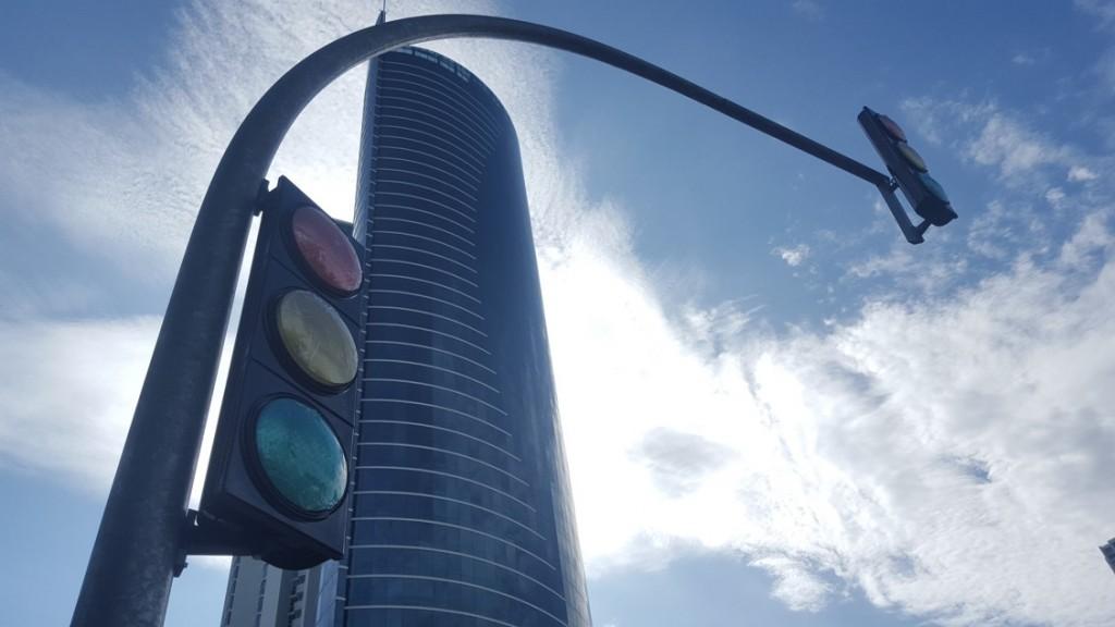 El primer semáforo colocado en Costa del Este (año 2012) está ubicado entre la avenida Centenario y Avenida B (salida hacia el Corredor Sur, próxima a Plaza Rada). Los nuevos están justo frente al Business Park y Banvivienda, Banco Panamá y CDE Financial Park.