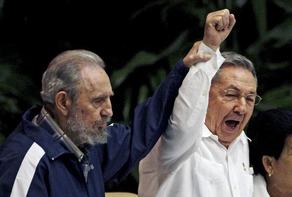 Junto a su hermano , 5 años menor que él, Raul Castro.