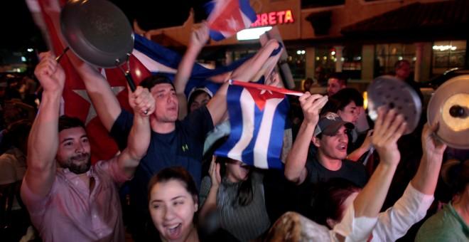 En Miami, las celebraciones por la muerte de Castro empezaron inmediatamente despúes que se conoció la noticia.