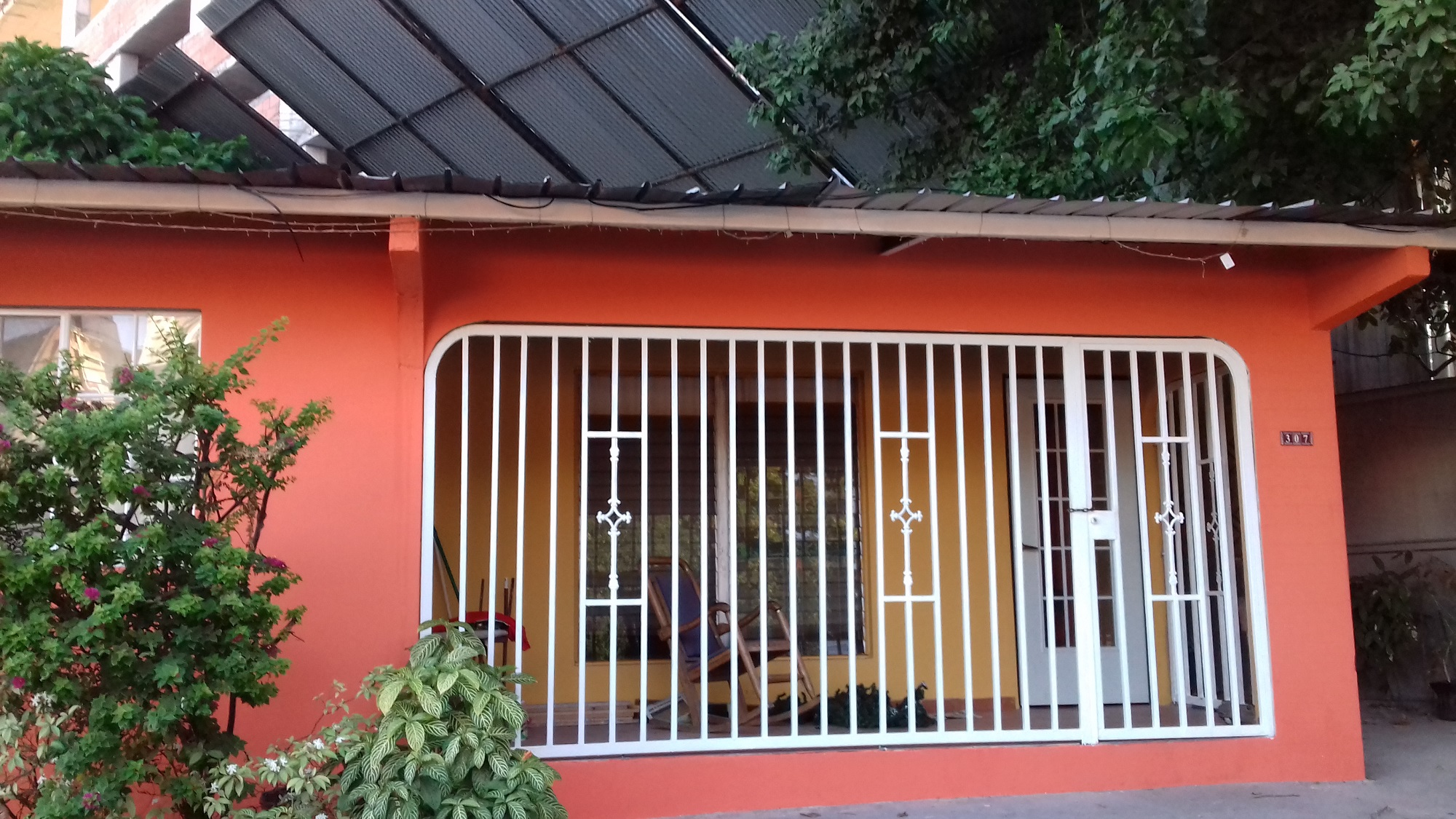 En el momento que el escombro se desprendió de la obra, el propietrio de la vivienda se encontraba sentado en el porche.