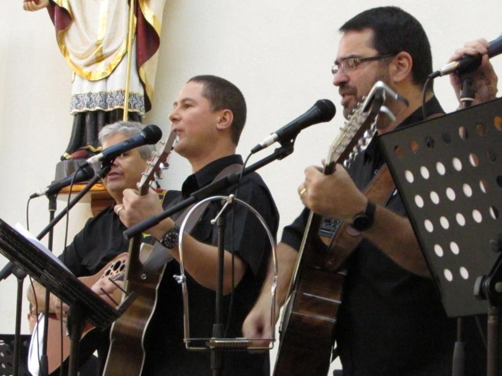 Tete Olivella (guitarra 12 cuerdas y armónicas), Chepi Carrizo (Guitarra), Percy Nuñez (Guitarra) y Alvaro Regueira (Guitarra, flauta y bajo) son las voces masculinas | Foto: AR