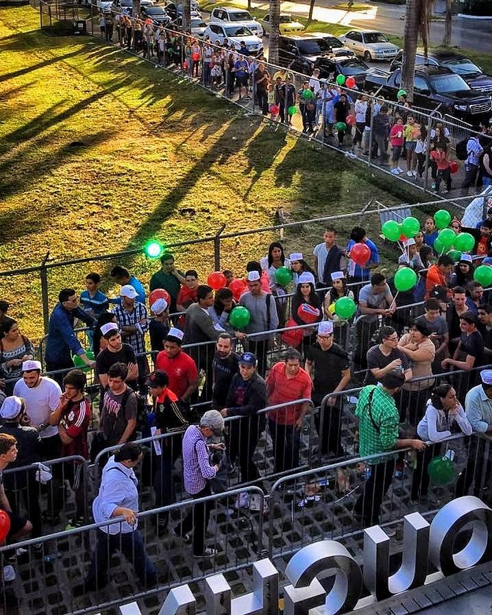 Con carpas instaladas en las afueras de Krispy Kreme, más de 300 personas permanecieron por unas 30 horas frente al local, esperando obtener un premio | Foto: Cortesía