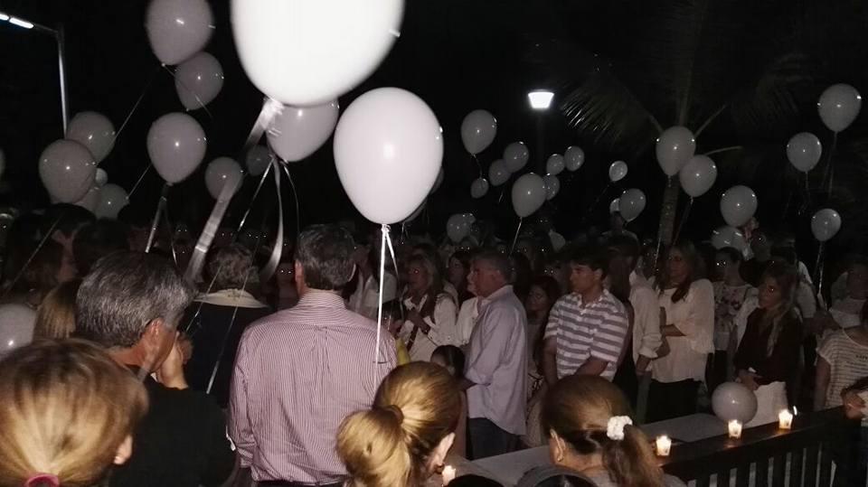 Decenas de allegados a Niko y Walter elevaron globos blancos y lanzaron al cielo, justo sobre el Pacífico, globos del deseo en honor a sus amigos   Foto: Cortesía