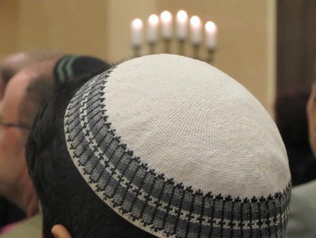La luz encendida en cada una de las 6 velas, es una recordatorio para mantener viva en a memoria que nunc más deben repetirse estos hechos | Foto: CDE News.