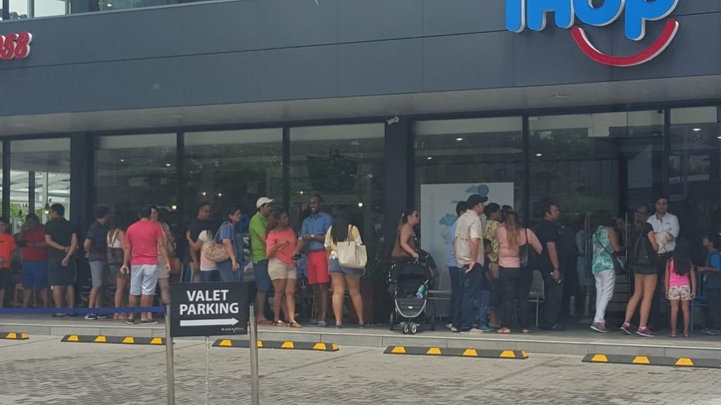 A casi un año de su apertura, las filas para entrar a Ihop continúan, obviamente muchos más cortas | Foto: CDENews