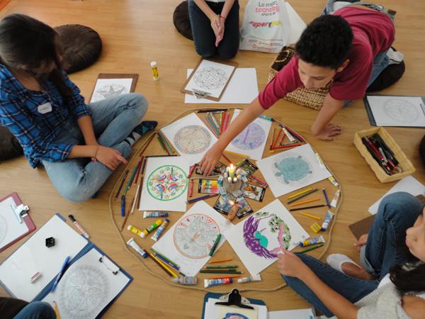 Para pintar mandalas solo se necesitan creyones y libros de mandalas, o impresiones que se consiguen fácilmente en internet.