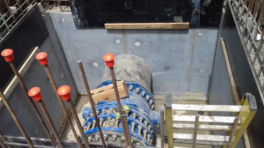 Así luce finalmente el encofrado de concreto, elemento que le brindará mayor estabilidad al ducto de menor diámetro, para recibir la presión del agua.