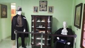 Aquí se muestran los trajes de diplomático y magistrado utilizados por Alfaro