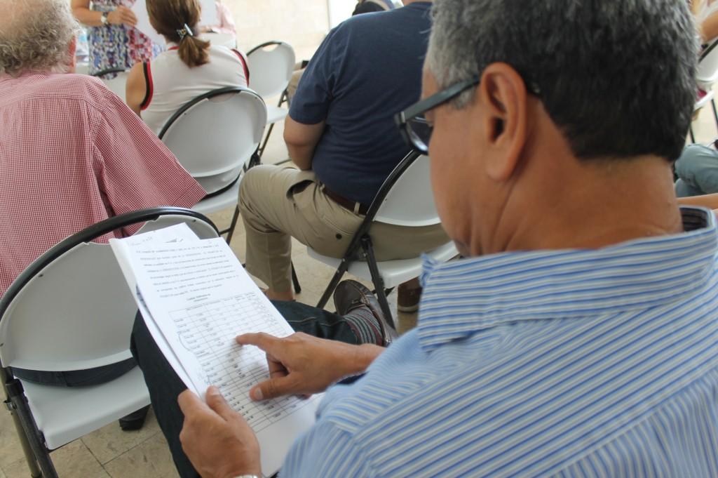 Vecinos asistentes cotejaron documentos suminstrados por Adela de Royo .