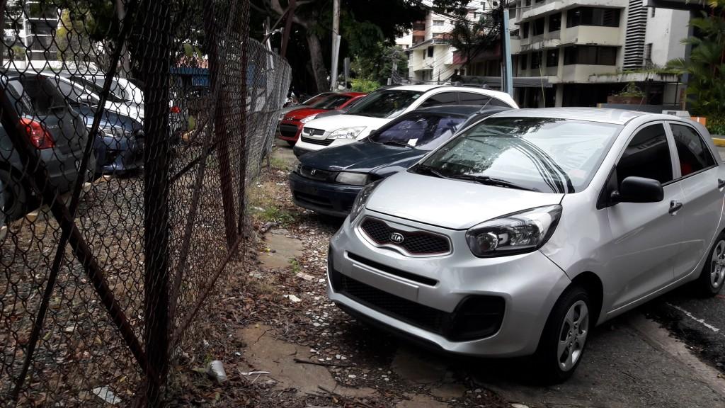 La mayoría de las aceras están dañadas y tomadas por los autos.